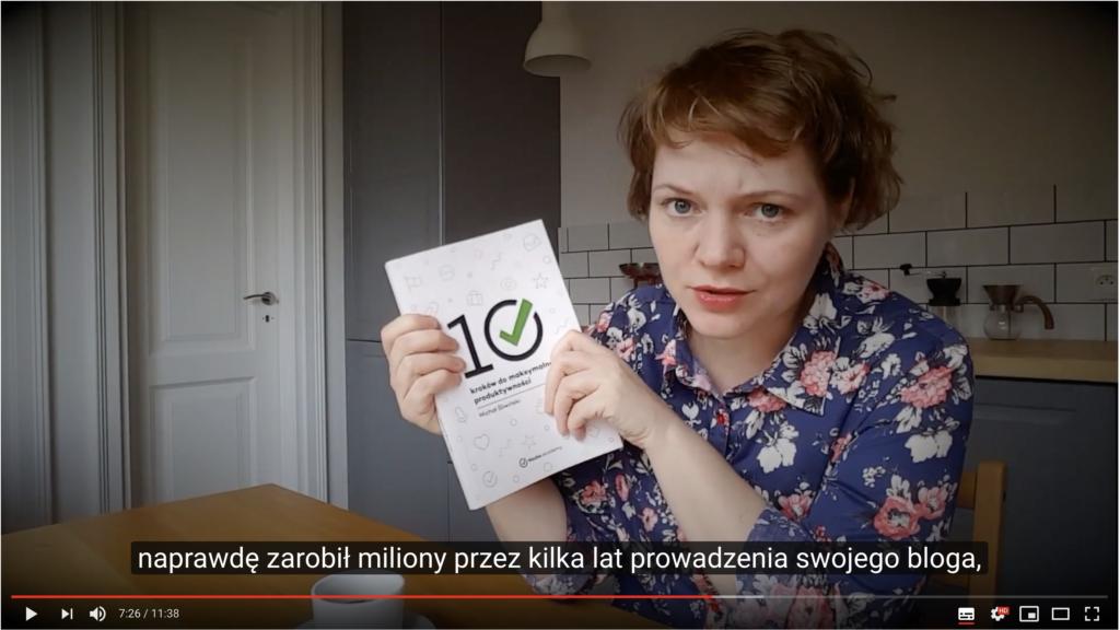 Kamila Paradowska - kard z vloga Dobra Treść, w rękach trzyma książkę dotyczącą produktywności